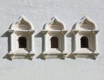 Viejo fragmento ruso del edificio con las ventanas Fotos de archivo libres de regalías
