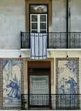 Viejo frente embaldosado de la casa, Lissabon, Portugal Fotografía de archivo libre de regalías