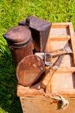Viejo fumador en la caja de madera Imagen de archivo libre de regalías