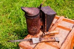 Viejo fumador en la caja de madera Imagen de archivo