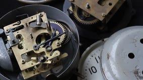 Viejo funcionamiento del mecanismo del reloj, primer tirado con el foco suave El reloj del vintage adapta el movimiento metrajes