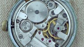 Viejo funcionamiento del mecanismo del reloj del vintage con defecto cantidad macra 4k metrajes
