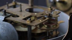 Viejo funcionamiento del mecanismo del reloj del vintage El reloj del vintage adapta macro del movimiento almacen de metraje de vídeo