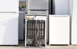 Viejo gas refrigerante de los congeladores de refrigeradores en la descarga de la basura saltar para reciclar el ambiente apilado imagen de archivo