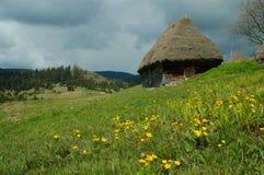 Viejo granjero \ 'casa de madera de s en Transilvania Imágenes de archivo libres de regalías
