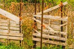 Viejo haga el cambio que conserva la cerca en campo de granja rural imágenes de archivo libres de regalías