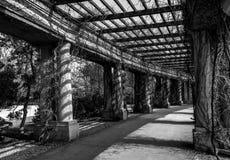 Viejo Hall Pergola centenario blanco y negro imagen de archivo