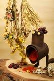 Viejo handmill, especia y flores secas Fotografía de archivo libre de regalías