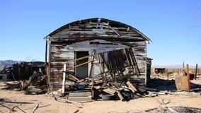 Viejo hogar en el desierto de Mojave almacen de video