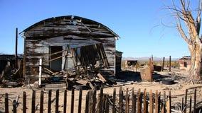Viejo hogar en el desierto de Mojave almacen de metraje de vídeo