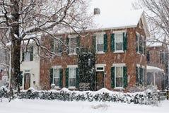 Viejo hogar en tormenta de la nieve Imágenes de archivo libres de regalías