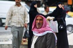 Viejo hombre árabe con Keffieh tradicional imagenes de archivo