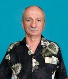 Viejo hombre afortunado con los billetes de dólar en el bolsillo Imagen de archivo libre de regalías