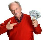 Viejo hombre afortunado que lleva a cabo billetes de dólar Foto de archivo
