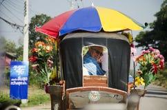 Viejo hombre alemán que presenta con el carro traído por caballo antes de arou del viaje Imagen de archivo