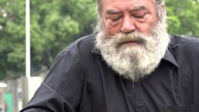Viejo hombre barbudo borracho almacen de metraje de vídeo