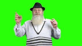 Viejo hombre barbudo que toca la pantalla virtual metrajes