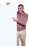 Viejo hombre casual feliz que señala su finger al tablero en blanco Fotografía de archivo libre de regalías