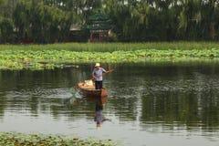 Viejo hombre chino en canoa Fotos de archivo libres de regalías