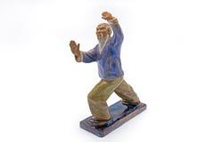 Viejo hombre chino que baila a Tai Chi Statue en el fondo blanco Fotografía de archivo libre de regalías