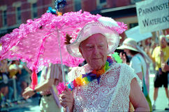 Viejo hombre colorido en el desfile del arco iris de Toronto Foto de archivo