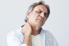 Viejo hombre con dolor de cuello imágenes de archivo libres de regalías
