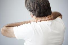Viejo hombre con dolor de cuello foto de archivo