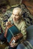 Viejo hombre con el acordeón Imágenes de archivo libres de regalías