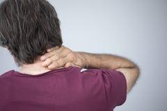 Viejo hombre con el dolor del cuello imagen de archivo libre de regalías