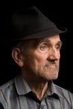 Viejo hombre con el sombrero negro foto de archivo libre de regalías