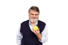 Viejo hombre con la manzana en manos Imagen de archivo libre de regalías