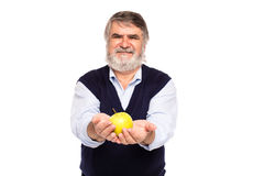 Viejo hombre con la manzana en manos Imágenes de archivo libres de regalías