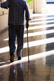 Viejo hombre con un bastón Imagen de archivo libre de regalías
