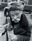 viejo hombre con una botella de vodka Fotografía de archivo libre de regalías