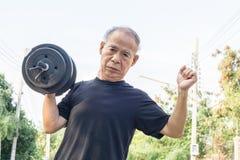 Viejo hombre de Asia con pesas de gimnasia Fotos de archivo libres de regalías