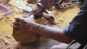 Viejo hombre de Carver que talla la figura de madera Buda almacen de video