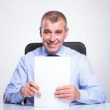 Viejo hombre de negocios con los documentos imagen de archivo libre de regalías