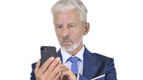 Viejo hombre de negocios Using Smartphone, fondo blanco almacen de video