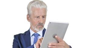 Viejo hombre de negocios Using Tablet, fondo blanco almacen de video