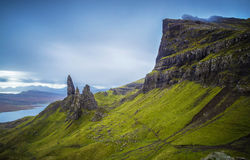 Viejo hombre de Storr, montañas escocesas por una mañana nublada, Escocia, Reino Unido Foto de archivo