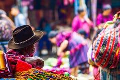 Viejo hombre del maya en mercado en Chichicastenango Imágenes de archivo libres de regalías