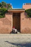 Viejo hombre dormido en entrada en Marrakesh Marruecos imagen de archivo libre de regalías