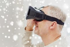 Viejo hombre en auriculares de la realidad virtual o los vidrios 3d Fotos de archivo