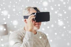 Viejo hombre en auriculares de la realidad virtual o los vidrios 3d Imagen de archivo libre de regalías