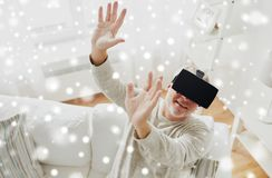 Viejo hombre en auriculares de la realidad virtual o los vidrios 3d Foto de archivo