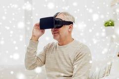 Viejo hombre en auriculares de la realidad virtual o los vidrios 3d Imagenes de archivo