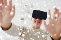 Viejo hombre en auriculares o vidrios de la realidad virtual Imagen de archivo