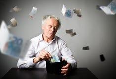 Viejo hombre en blanco y cartera con el euro veinte Contabilidad e impuesto Fotos de archivo