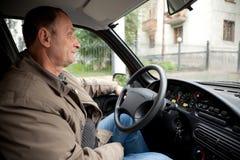 Viejo hombre en coche en lluvia imagenes de archivo