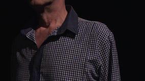 Viejo hombre en el cuello azul de la manzana de Adams de la camisa de tela escocesa que sacude como él habla almacen de video
